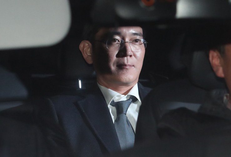 Lee Jae-yong, vice chairman of Samsung Electronics Co., is seen in his car at the Seoul Central District Court in southern Seoul, Thurdsay, after attending a hearing on the legitimacy of his arrest sought for the second time by special prosecutors for alleged bribery related to the merger of two of Samsung's affiliates involving impeached President Park Geun-hye. The court approved the arrest warrant early in the morning the following day. / Yonhap