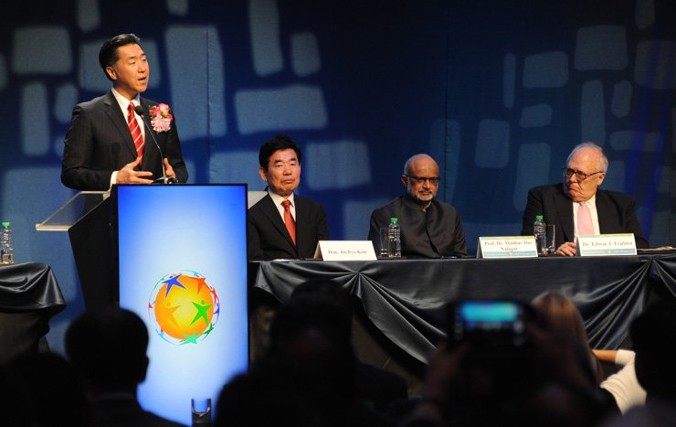 Moon Hyun-jin, left, chairman of the Global Peace Foundation, speaks during a plenary session of the Global Peace Convention at the Marriott Hotel in Manila, Tuesday. Other dignitaries are South Korean lawmaker Kim Jin-pyo, second from left, Madhav Das Nalapat, UNESCO Peace Chair at Manipal University in India, third from left, and Edwin Feulner, the founder of the Heritage Foundation. / Courtesy of Global Peace Foundation