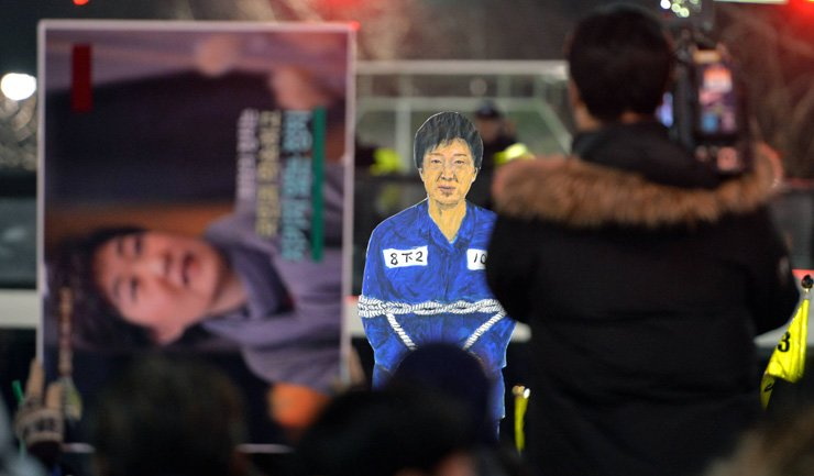 Protesters at the fifth nationwide weekly demonstration on Nov. 27 demand Park Geun-hye's resignation over the corruption scandal. They are pictured on Jahamun-ro in Jongno-gu, Seoul. Park's effigy in a prisoner's uniform and bound by rope is being held by the protesters. / Korea Times file