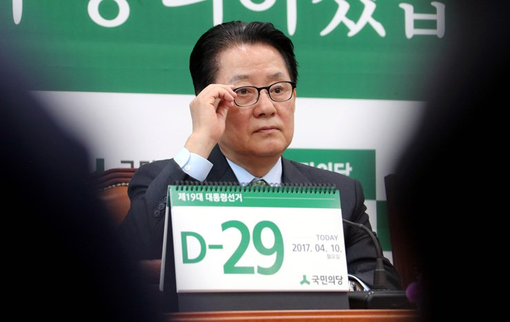 People's Party Chairman Rep. Park Jie-won holds a party meeting at the National Assembly, Monday. The Democratic Party of Korea called People's Party presidential candidate Ahn Cheol-soo 'Park's avatar,' saying Park is behind Ahn's recent appeal to conservative voters. / Yonhap