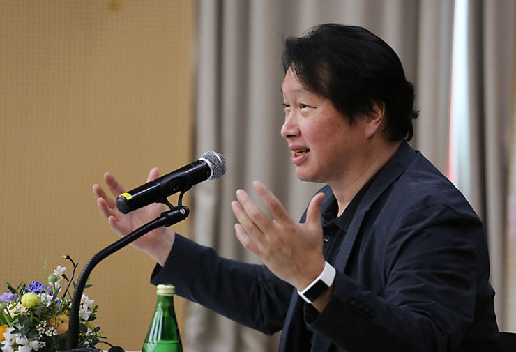 SK Group Chairman Chey Tae-won gives a lecture at the Korea Advanced Institute of Science and Technology's (KAIST) Seoul campus, Thursday. / Courtesy of SK Group
