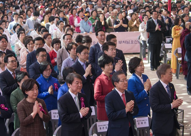 Presidential candidates put their hands together in prayer during a ceremony to mark the Buddha's Birthday at Jogye Temple in Jongno-gu, downtown Seoul, Wednesday. From left in the front row are Sim Sang-jung of the Justice Party, Ahn Cheol-soo of the People's Party, Hong Joon-pyo of the Liberty Korea Party and Moon Jae-in of the Democratic Party of Korea. / Korea Times photo by Shim Hyun-chul