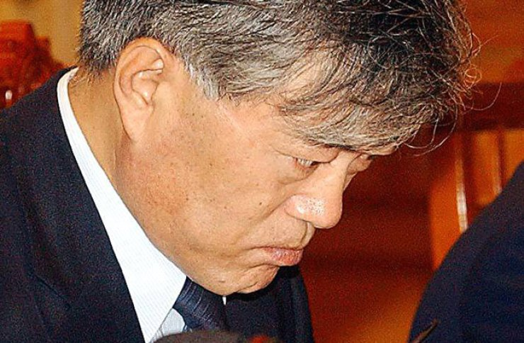 Moon Jae-in at a secretariat meeting in Cheong Wa Dae in June 2003. / Korea Times file