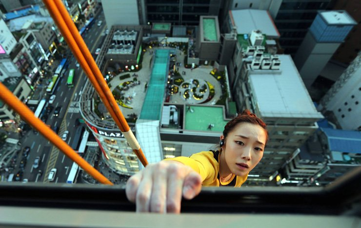 Kim Ja-in climbs Lotte Department Store in Myeong-dong, Seoul, Oct. 4, 2013. / Korea Times file