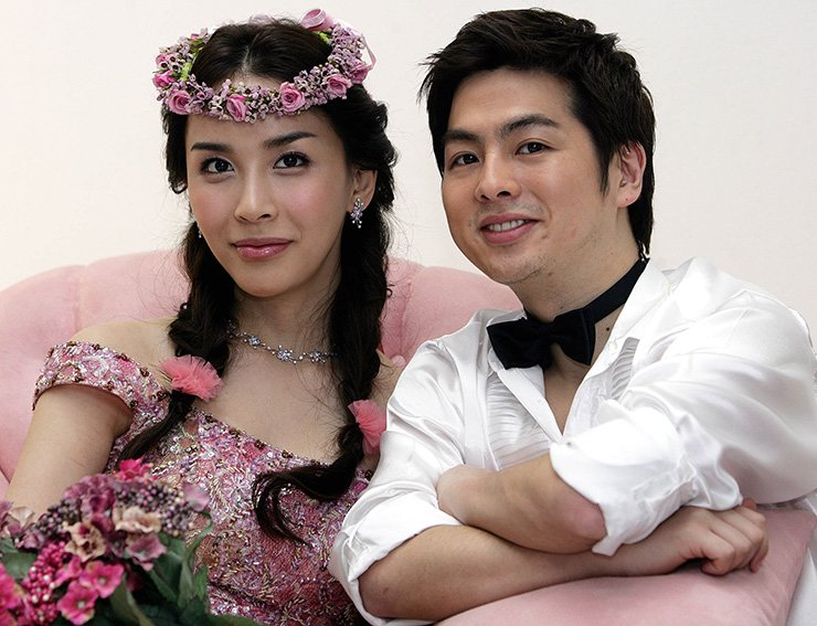 Harisu, left, with her husband Micky Jung in this photo taken on April 12, 2007./  Korea Times file