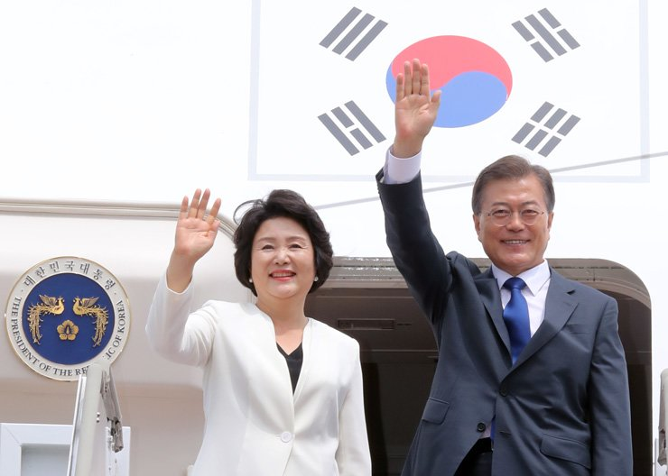 President Moon Jae-in and first lady Kim Jung-sook wave before boarding a plane for Washington at Seoul Airport in Seongnam, Gyeonggi Province, Wednesday. This is Moon's first overseas trip since taking office, May 10. He is scheduled to hold a summit with U.S. President Donald Trump, Friday. / Yonhap