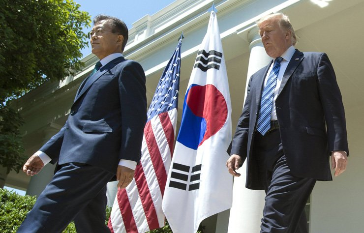 President Moon Jae-in and Donald Trump walk into the Rose Garden to deliver a joint statement to the press at the White House in Washington, D.C., Saturday (KST) / UPI-Yonhap