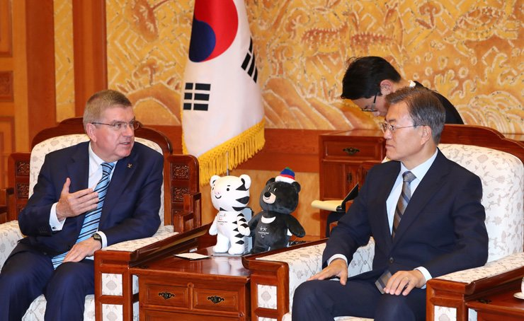 President Moon Jae-in speaks with International Olympic Committee (IOC) President Thomas Bach at Cheong Wa Dae, Monday. Moon said he hoped North Korea would participate in the 2018 Winter Olympics in PyeongChang, Gangwon Province, and asked for the IOC's support. / Yonhap