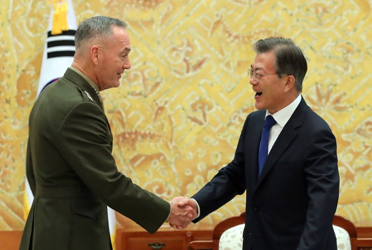 President Moon Jae-in shakes hands with U.S. Joint Chiefs Chairman Gen. Joseph Dunford during their meeting at Cheong Wa Dae, Monday. / Yonhap