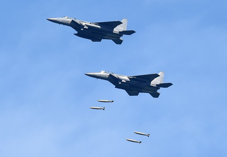 F-15K fighter jets drop MK84 multipurpose bombs at a live-fire range near the inter-Korean border in Taebaek in a show of overwhelming force after President Moon Jae-in ordered the military to display its capabilities that can sternly respond to North Korea's provocations./ Yonhap