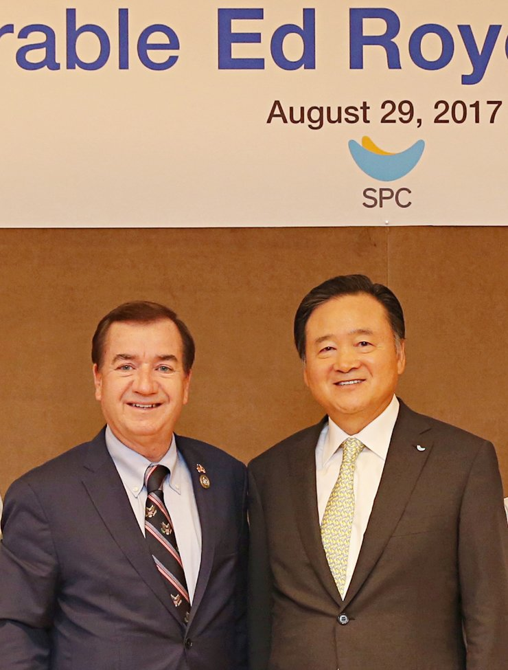SPC Group Chairman Hur Young-in, right, poses with U.S. House Foreign Affairs Committee Chairman Ed Royce during their meeting at the Korean firm's headquarters in Seoul, Tuesday. / Courtesy of SPC Group