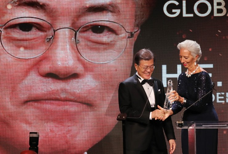 President Moon Jae-in receives a Global Citizen Award from Christine Lagarde, managing director of the International Monetary Fund, during an awards ceremony at the Intrepid Sea, Air & Space Museum in New York City, Tuesday. / Yonhap