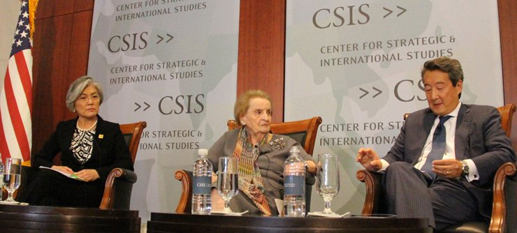 Foreign Minister Kang Kyung-wha, left, and former U.S. Secretary of State Madeleine Albright, center, listen to Center for Strategic and International Studies (CSIS)' Korea Chair Victor Cha during a forum co-organized by the CSIS and the Asan Institute for Policy Studies in Washington, D.C., Monday. / Yonhap