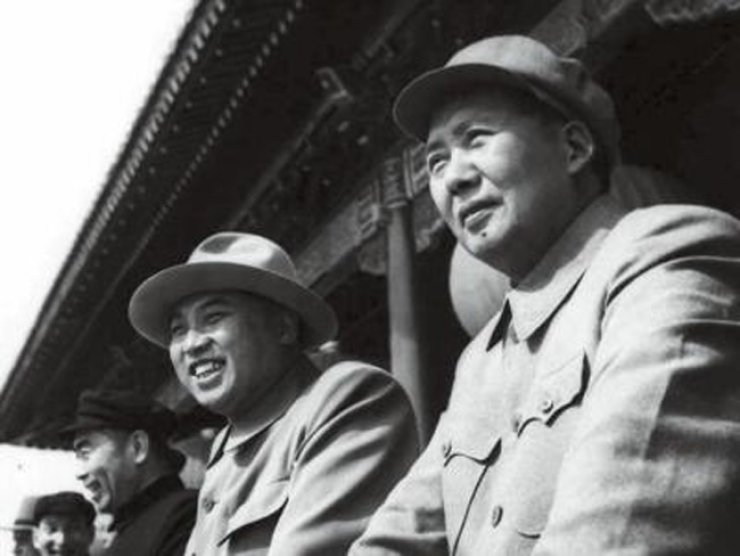 (From right) Mao Zedong and Kim Il-sung / Korea Times file