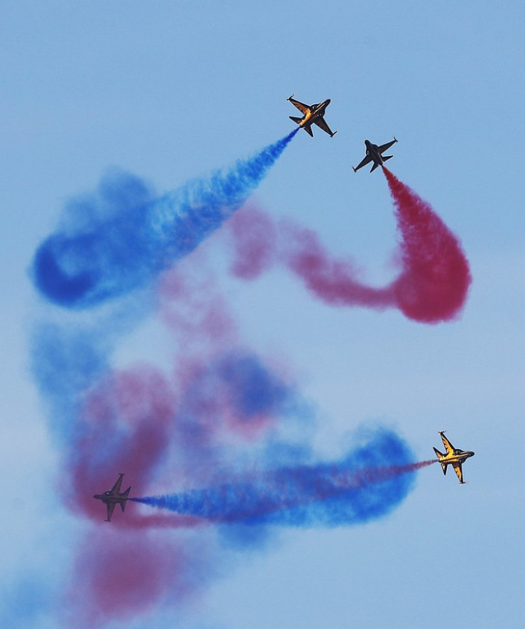 The Air Force's Black Eagles aerobatic flight team performs during the Seoul International Aerospace and Defense Exhibition 2017 at Seoul Airport in Seongnam, Gyeonggi Province, Sunday. / Yonhap