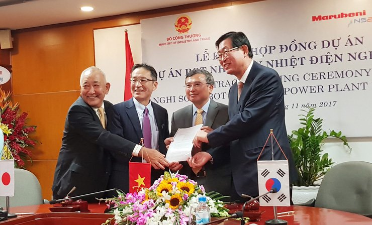 KEPCO CEO Cho Hwan-eik, right, displays an agreement at an office in Hanoi, Vietnam, after the utility company signed a 2.6 trillion won deal to build a coal-fired power plant in Vietnam, Wednesday. From left are Nghi Son 2 Power Limited Company CEO Hisatsugu Hirai, Power Project and Plant Group CEO Masumi Kakinoki, Vietnam's Deputy Minister of Industry and Trade Hoang Quoc Vuong, and Cho. The other companies will also join the project. / Courtesy of KEPCO