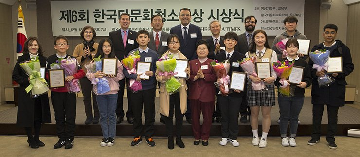 Winners of the sixth Korea Multicultural Youth Awards pose with dignitaries during an awards ceremony at the Korea Press Center in central Seoul, Monday. Among the dignitaries were Gender Equality and Family Minister Chung Hyun-back, sixth from left in the first row, and The Korea Times President-Publisher Lee Chang-sup, third from left in the second row. / Korea Times photo by Choi Won-suk