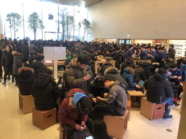 People check Apple products at the firm's first Korean retail store in Garosugil, Sinsa-dong, Seoul. The store opened last month. / Korea Times photo by Rha Hae-sung