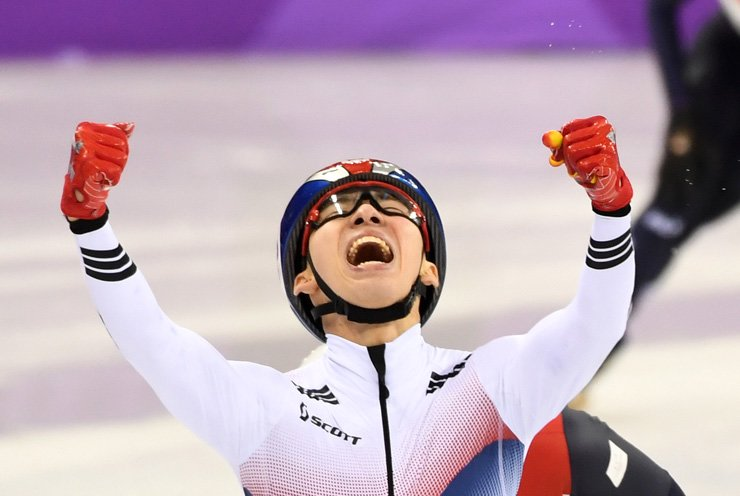 South Korean short track speed skater Lim Hyo-jun raises his arms in triumph after crossing the finish line first in the men's 1,500-meter final at Gangneung Ice Arena, Saturday. Lim won the country's first gold medal in the PyeongChang Winter Olympics. / Korea Times photo by Kim Joo-young