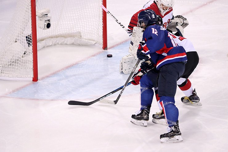 Team Korea's forward Randi Hee-soo Griffin scores in a game against Japan in the Gwandong Ice Hockey Center in the eastern city of Gangneung, Wednesday. / Korea Times photo by Shim Hyun-chul