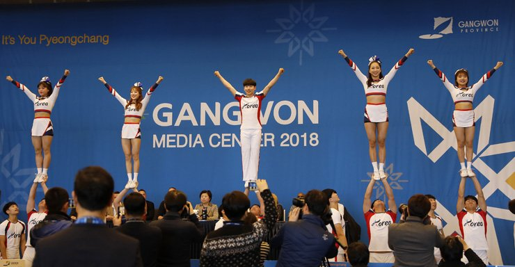 The South Korean cheerleading squad holds an exhibition performance during a press conference at Gangwon Media Center in Gangneung, Monday. South Korea is among eight countries that are performing in Gangwon Province during the PyeongChang Winter Olympics. / Korea Times photo by Shim Hyun-chul