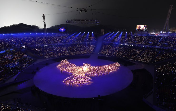 More than 1,200 people form the shape of a dove out of light-emitting diode lights during the opening ceremony of the PyeongChang Winter Olympics, Feb. 9. The light show was orchestrated by KT's 5G network. / Yonhap