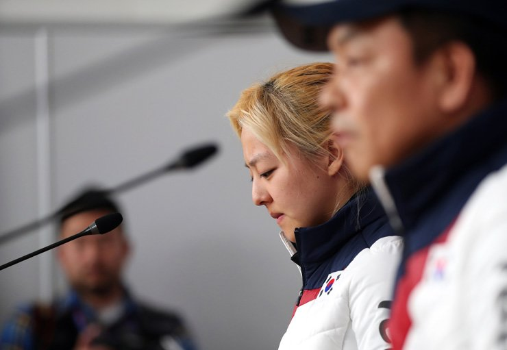 Speed skater Kim Bo-reum, second from right, and her head coach Baek Cheol-gi attend a press conference over a bullying scandal at the PyeongChang Winter Olympics in Gangneung Oval, Tuesday. / Yonhap