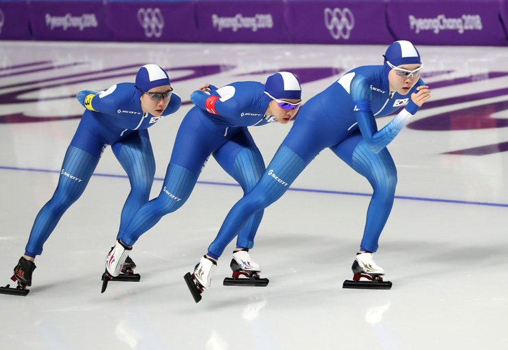 From left, the South Korean speed skating pursuit team, Park Ji-woo, Kim Bo-reum and Noh Seon-yeong, compete in a placement race at the PyeongChang Winter Olympics, Wednesday. South Korea finished last among eight teams after being plagued by a bullying scandal. / Korea Times photo by Shim Hyun-chul