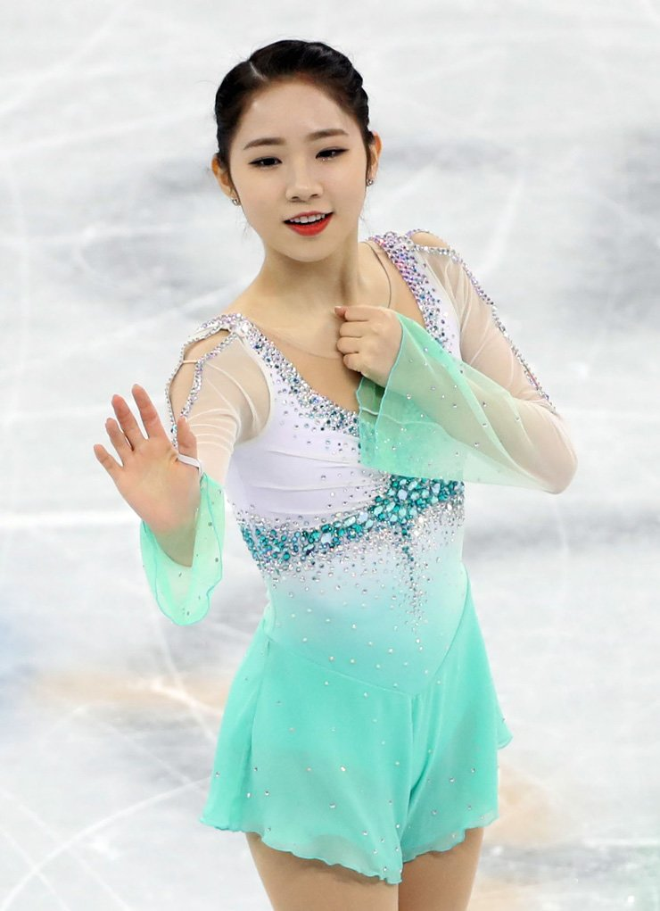 South Korean figure skater Choi Da-bin performs in the ladies' singles short program during the PyeongChang Winter Olympics at Gangneung Ice Arena, Wednesday. / Yonhap