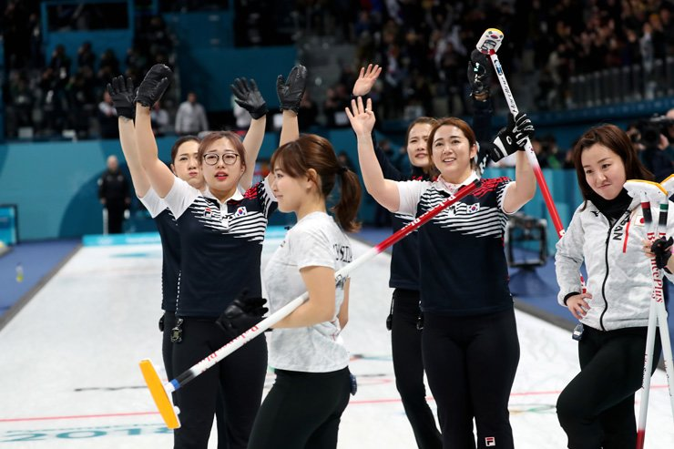 South Korea's women's curling team has their hands up celebrating their win against Japan in the semifinal at the Gangneung Curling Center on Friday. Team Korea beat Japan in overtime 8-7. / Korea Times photo by Shim Hyun-chul