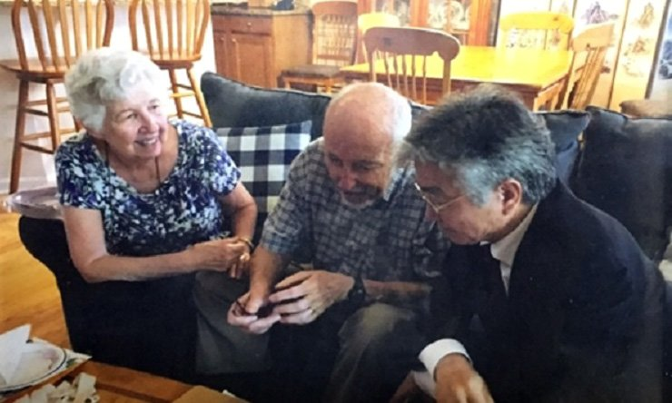 Charles Betts Huntley, center, a late American missionary who documented the 1980 pro-democracy uprising in Gwangju, and his wife Martha, left, speak in this undated file photo./ Korea Times file