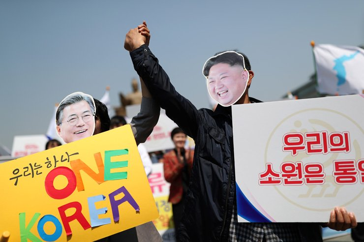 Participants of a press conference organized by the Institute of Korean Cultural Studies wear masks of President Moon Jae-in and North Korean leader Kim Jong-un at the Gwanghwamun Square in Seoul, Wednesday. The press conference was held to wish for a successful inter-Korean summit on Friday. / Korea Times photo by Shim Hyun-chul