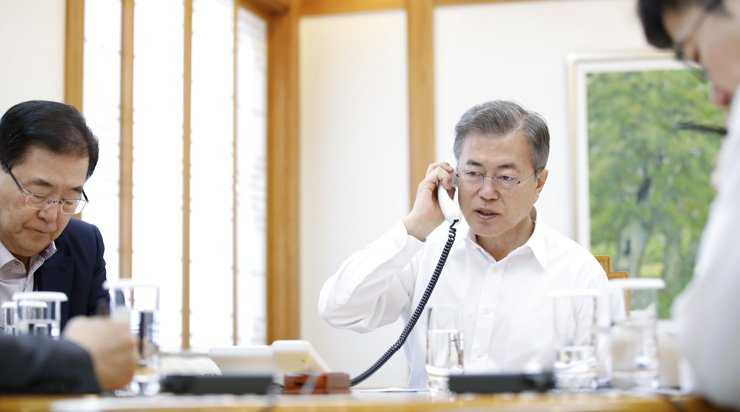 President Moon Jae-in talks with Japanese Prime Minister Shinzo Abe over the phone about the summit he had with North Korean leader Kim Jong-un, Friday, at Cheong Wa Dae, Sunday. / Yonhap