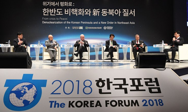 Hankook Ilbo Vice President Lee young-sung, right, speaks as other panelists, including Evans Revere, third from left, senior fellow at the Brookings Institution's Center for East Asia Policy Studies, listen during a discussion at The Korea Forum 2018 co-hosted by The Korea Times and its sister paper Hankook Ilbo at The Shlla Hotel, Seoul, Thursday. / Korea Times photo by Bae Woo-han