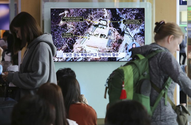 A TV screen  at Seoul Railway Station shows a satellite image of the Punggye-ri nuclear test site in North Korea during a news program, Sunday. North Korea said Saturday that it will dismantle the test site in less than two weeks, in a dramatic event that would set up leader Kim Jong Un's summit with President Donald Trump next month. / AP-Yonhap