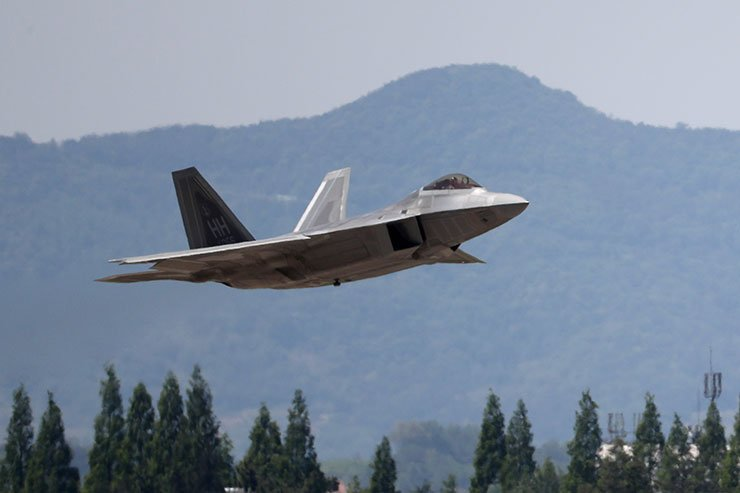 U.S. stealth fighter, F-22 Raptor, takes off at a ROK airbase in Gwangju on the first day of the two-week Max Thunder joint exercise last Friday. North Korea abruptly postponed high-level dialogue slated for Wednesday, citing the participation of F-22 and other strategic assets that can attack the North. / Yonhap