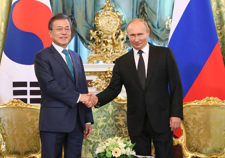 South Korean President Moon Jae-in, left, and Russian President Vladimir Putin shake hands during a meeting at the Kremlin in Moscow, Russia, Friday. Moon is in Moscow on a state visit intended to boost bilateral economic ties. / Yonhap