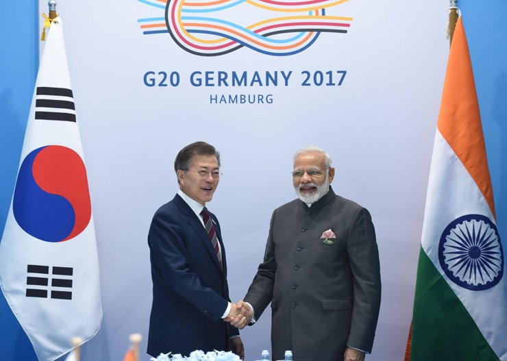 President Moon Jae-in shakes hands with Indian Prime Minister Narendra Modi on the sidelines of the 2017 G20 summit in Hamburg, Germany. / Indian Press Information Bureau