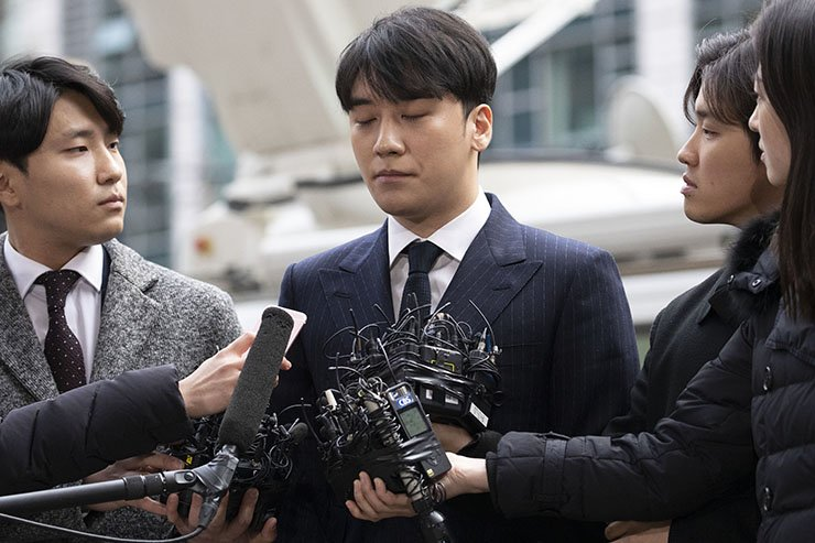 Seungri, whose real name is Lee Seung-hyun, remained silent before journalists in front of Seoul Metropolitan Police Agency in Jongno-gu on Thursday. He was director of Seoul nightclub Burning Sun in Gangnam-gu, where he allegedly arranged meetings between females and the club's VIP clients that involved drugs and coercive sexual conduct. Korea Times photo by Choi Won-suk