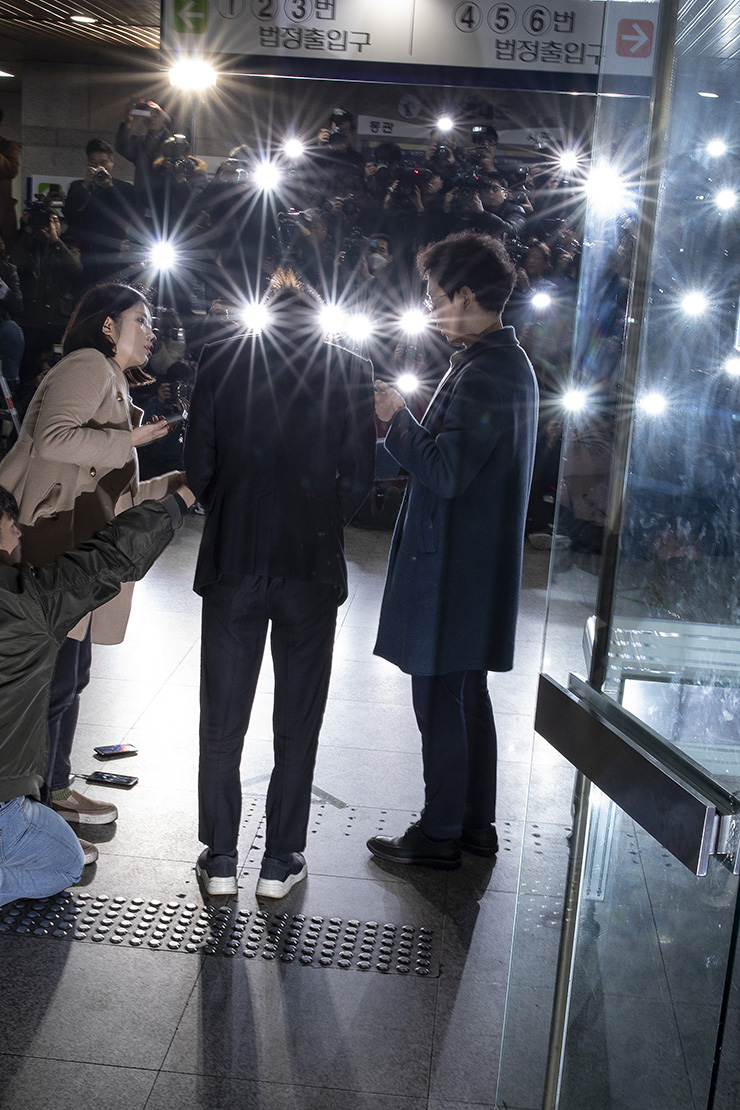 Jung Joon-young arrives at the Seoul Central District Court in Seocho-gu, Thursday morning, to attend a hearing on charges of secretly filming sex videos of women he slept with and sharing them with friends on a mobile chatroom. Korea Times photo by Shim Hyun-chul