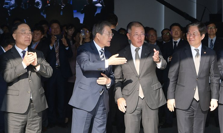 President Moon Jae-in talks to Hyundai Motor Group Executive Vice Chairman Chung Eui-sun, third from left, during Moon's visit to the automaker's research center in Hwaseong, Gyeonggi Province, Tuesday. Moon announced a plan to nurture the country's automobile industry, with the goal of becoming the world's No. 1 powerhouse in car technologies by 2030. From left are Deputy Prime Minister Hong Nam-ki, Moon, Chung and Trade, Industry and Energy Minister Sung Yun-mo. Joint Press Corps.