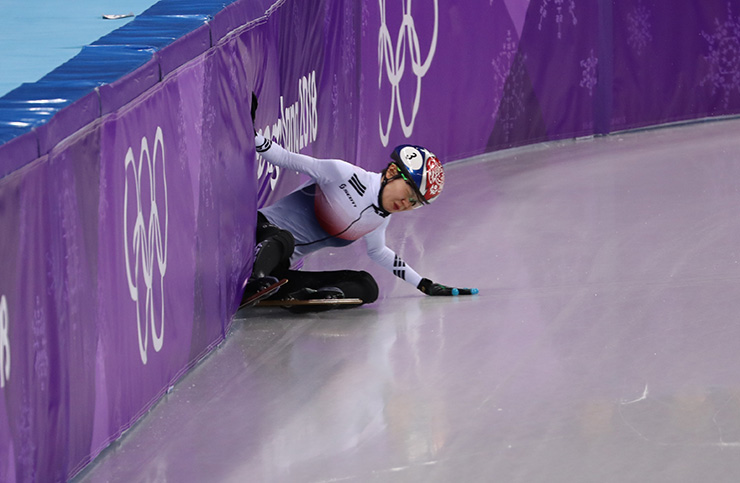 Korean short track speed skater Shim Suk-hee, 21, failed to qualify for the women's 1,500-meter semifinals at the PyeongChang Olympics after falling in her heat Saturday. / Korea Times photo by Shim Hyun-chul