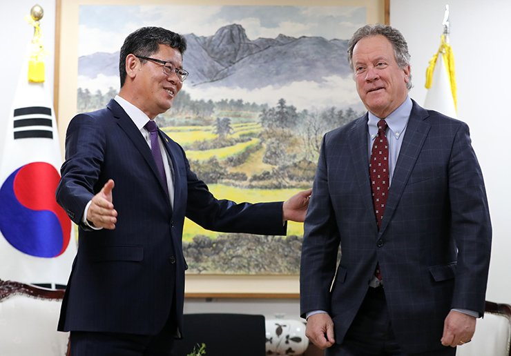 Unification Minister Kim Yeon-chul welcomes David Beasley, executive director of the United Nations World Food Programme, to his office in Seoul, Monday, ahead of their discussions on providing humanitarian food aid to North Korea. Yonhap