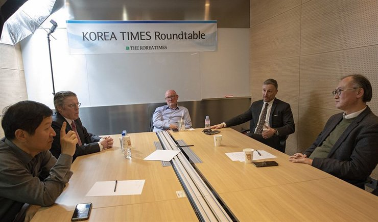 The Korea Times roundtable to tackle the aftermath of the no-deal Hanoi summit between North Korea's Kim Jong-un and the U.S.'s Donald Trump is under way at the Times conference room, March 14. From right are Prof. Hwang Jae-ho, director of the Global Security Cooperation Center, Hankuk University of Foreign Studies; Asia Times correspondent Andrew Salmon; Michael Breen, author of 'The New Koreans;' Michael Hay of HMP Law, who ran North Korea's only foreign law firm; and The Korea Times digital managing editor Oh Young-jin. Korea Times photo by Shim Hyun-chul