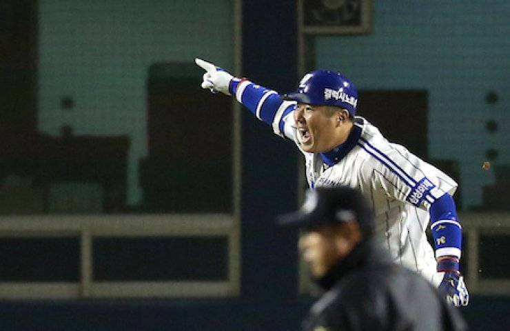 Samsung Lions' Choi Hyoung-woo reacts after delivering a two-run double with two outs in the bottom of the ninth inning at Jamsil Stadium in Seoul, Monday, giving his team a 2-1 victory and a 3-1 lead in the best-of-seven Korean Series against the Nexen Heroes. / Yonhap