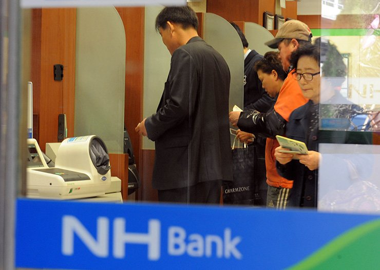 Banks are reducing the number of workers amid a greater application of digital-driven technology. Korea Times file