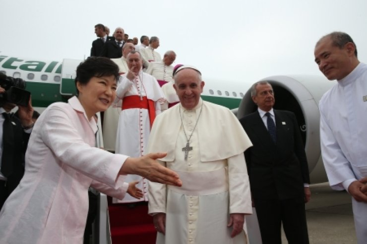 Korean President Park Geun-hye, left, greets Pope Francis upon his arrival at the Seoul Air Base in Seongnam, Gyeonggi Province, on Thursday. /Yonhap