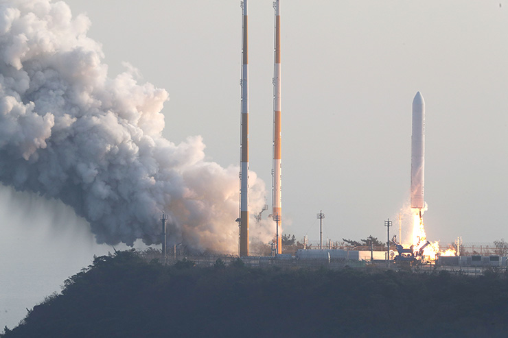Korea's single-stage rocket with 75 tons of thrust is test-launched from the Naro Space Center in Goheung, South Jeolla Province, Wednesday, as part of the nation's efforts to develop its first space vehicle. / Courtesy of Korea Aerospace Research Institute