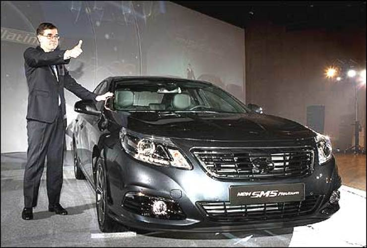 Renault Samsung Motors CEO Francois Provost gives the thumbs next to the automaker's new SM5 Platinum during a launch event in Paju, Gyeonggi Province, Friday. Courtesy of Renault Samsung