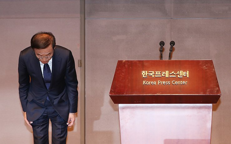 Samsung Electronics President and CEO Kim Ki-nam bows his head to apologize to the victims of work-related diseases during a press conference at Korea Press Center in Seoul, Friday. Yonhap